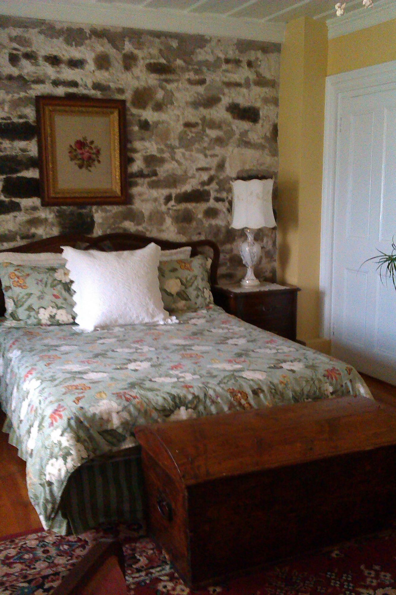 good chambre avec lit queen et salle de bain privemur de avec bercantes et vue dur le fleuve. Black Bedroom Furniture Sets. Home Design Ideas